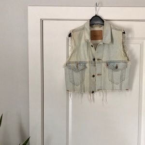 levi's • distressed cropped vest